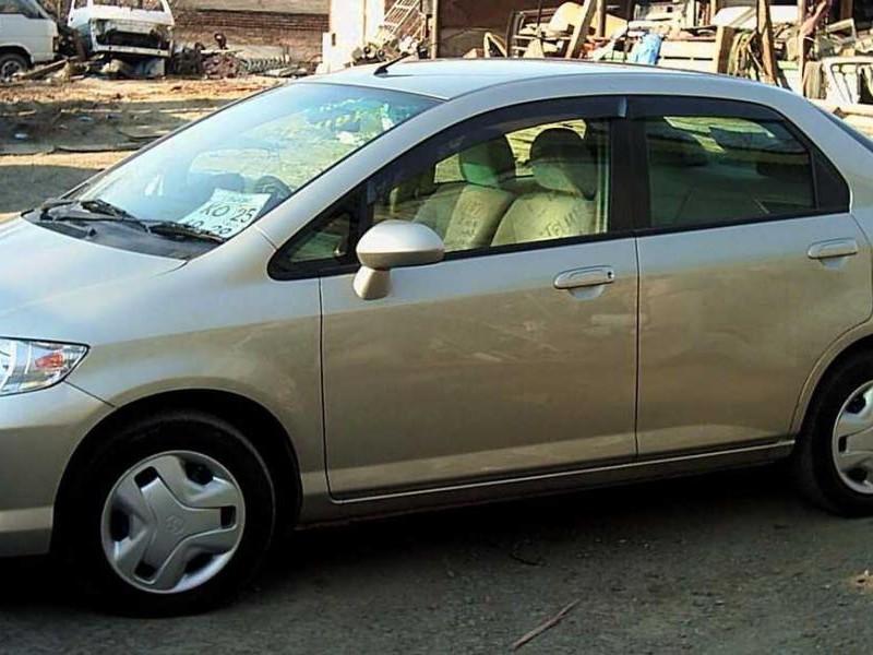 Серебристый седан Honda Fit Aria, вид сбоку
