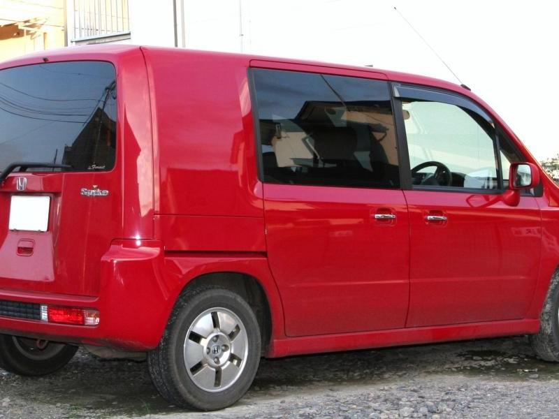 Красный Honda Mobilio Spike вид сбоку