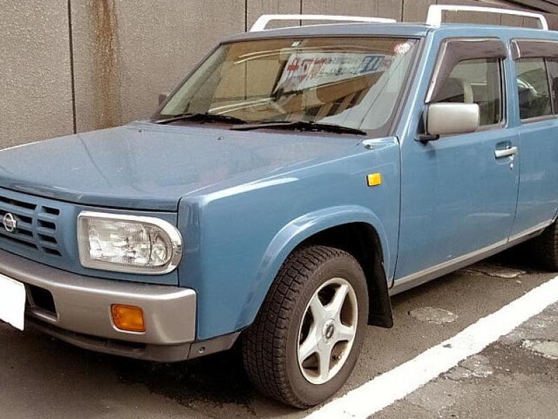 Синий Nissan Rasheen вид спереди
