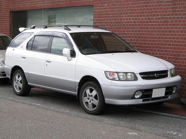 Белый Nissan R`nessa, универсал