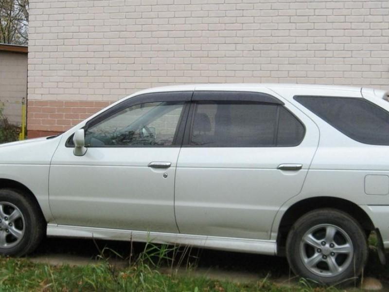 Белый Nissan R`nessa, вид сбоку