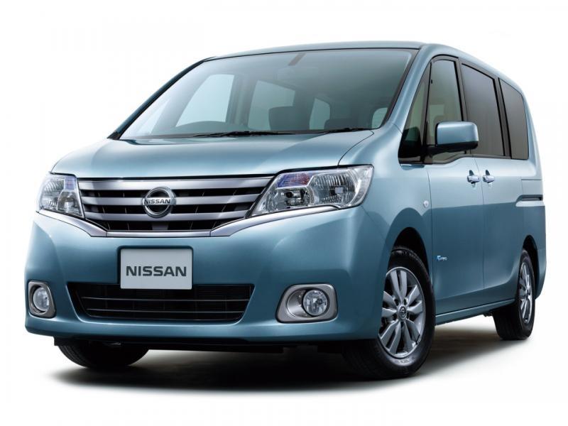 Синий Nissan Serena вид спереди