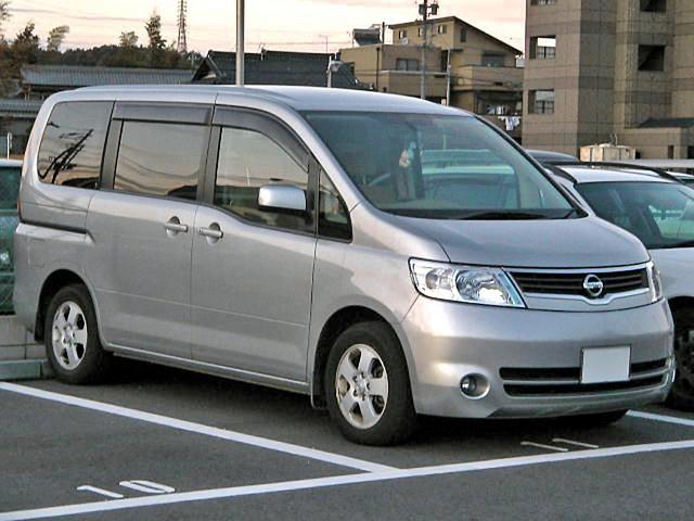 Серебристый минивэн Nissan Serena