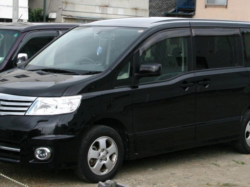 Черный Nissan Serena вид сбоку
