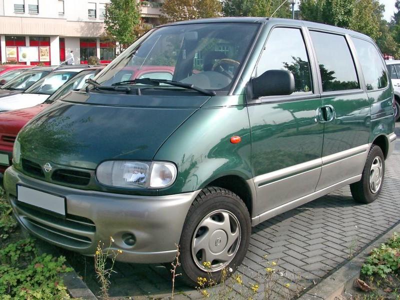 Зеленый Nissan Serena вид спереди