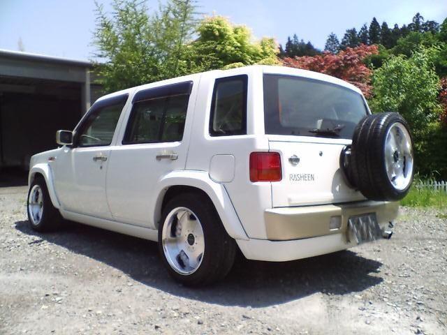 Белый Nissan Rasheen вид сзади