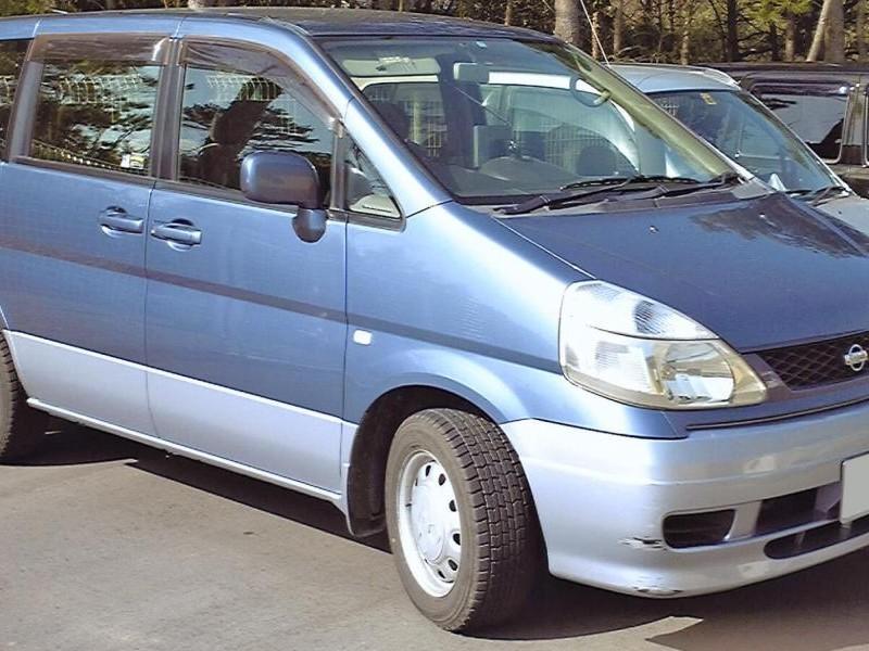 Синий Nissan Serena, вид сбоку
