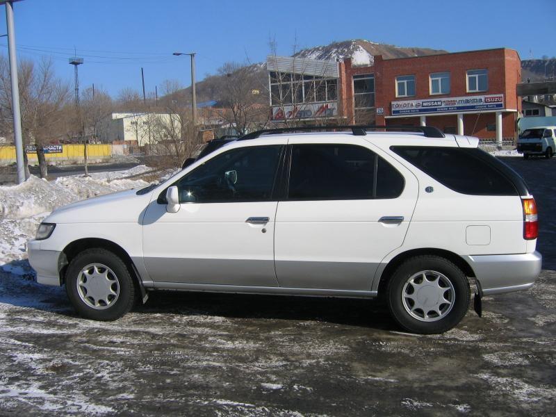Белый универсал Nissan R`nessa, вид сбоку