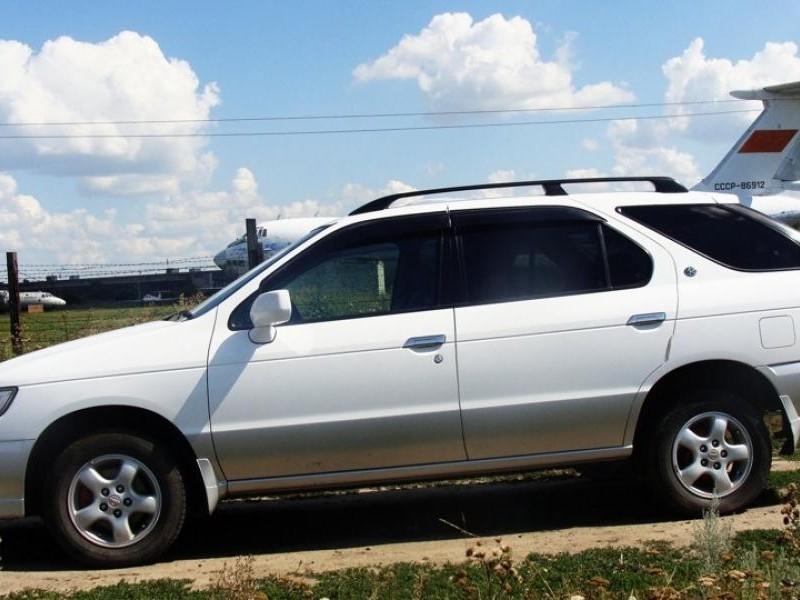 Белый Nissan R`nessa вид сбоку