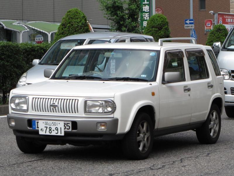 Белый Nissan Rasheen вид спереди