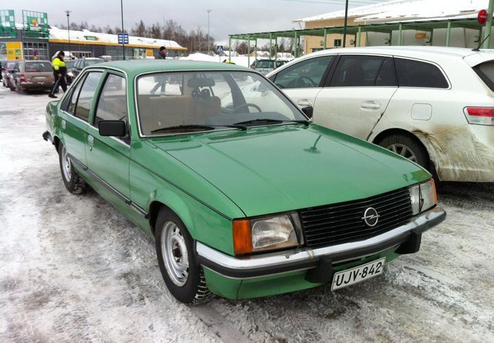 Зеленый седан Opel Rekord вид спереди