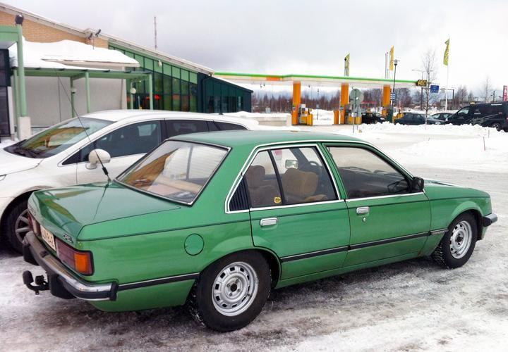 Зеленый Opel Rekord вид сбоку