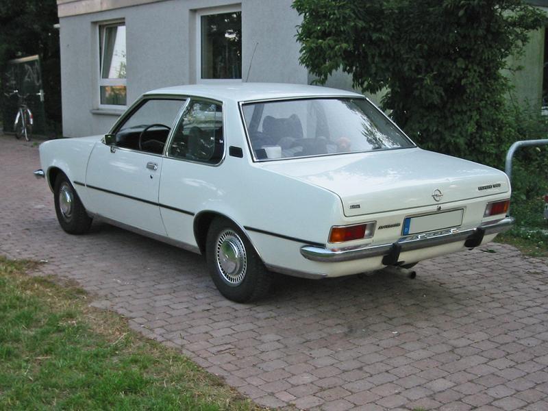 Белый Opel Rekord вид сзади