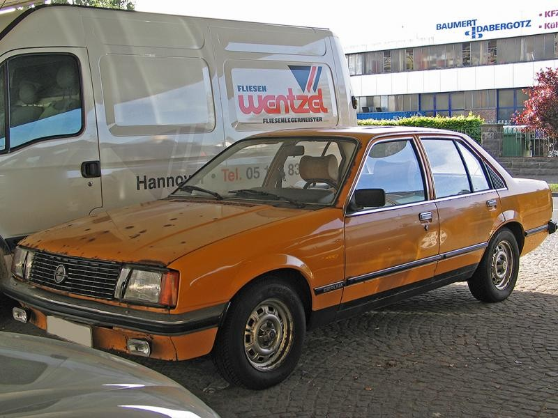 Желтый седан Opel Rekord