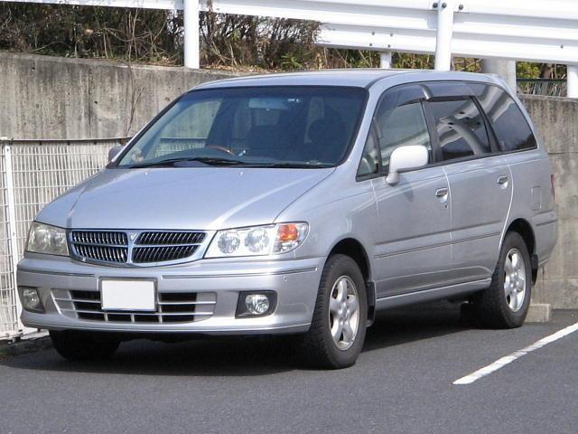 Серебристый Nissan Presage, вид спереди