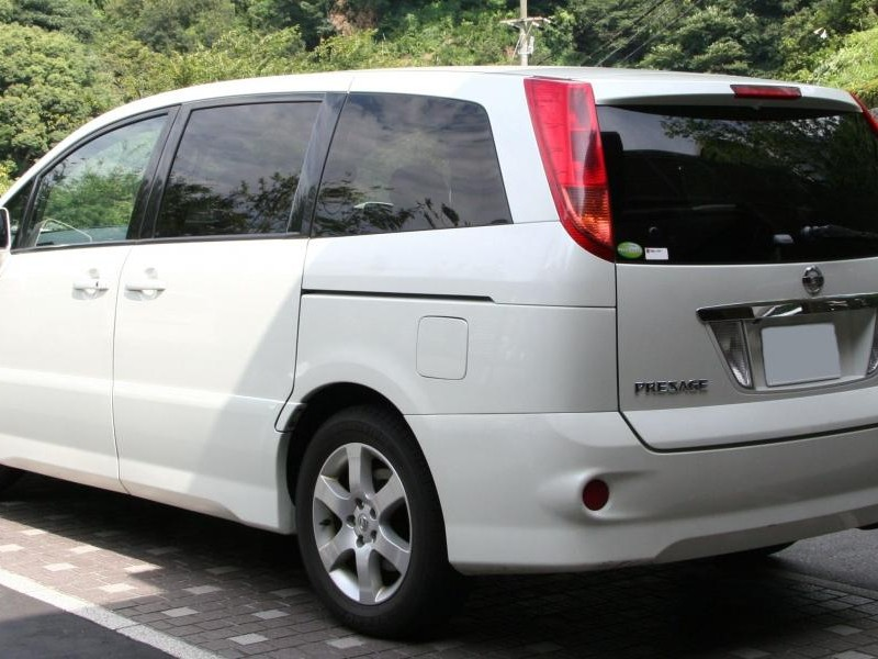 Белый Nissan Presage вид сзади