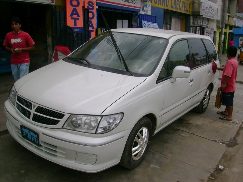 Белый Nissan Presage вид спереди