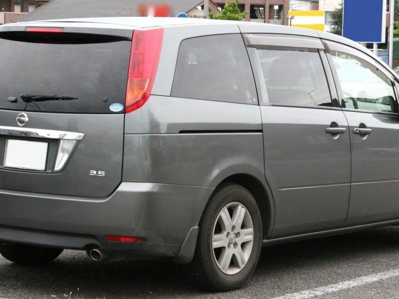 Серебристый Nissan Presage, вид сзади