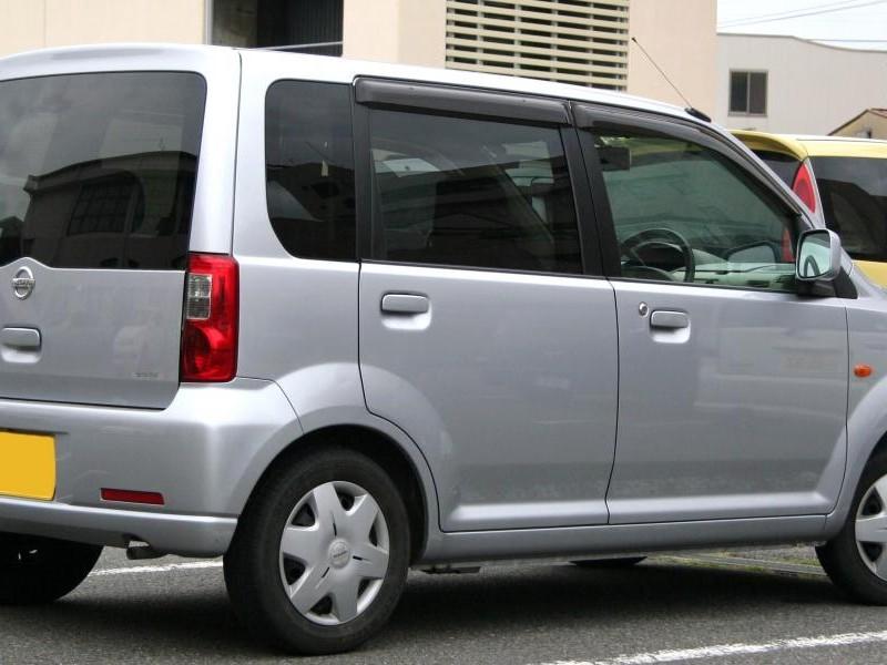 Серебристый Nissan Otti вид сбоку