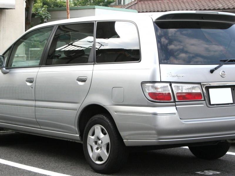Серебристый Nissan Presage вид сзади