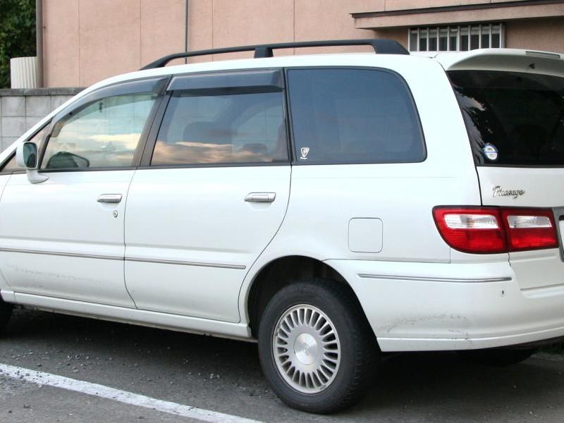 Белый Nissan Presage вид сбоку