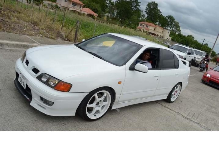 Белый седан Nissan Primera Camino