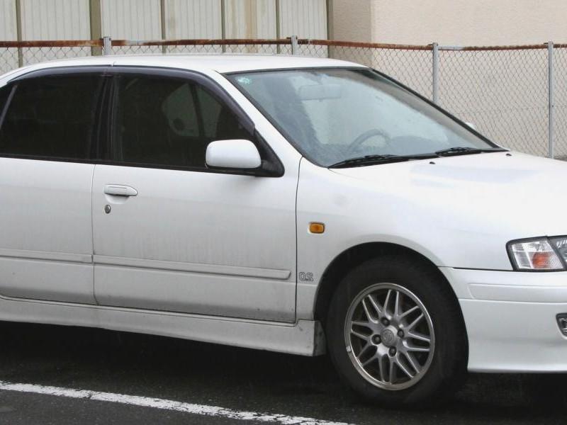 Белый седан Nissan Primera Camino, вид сбоку
