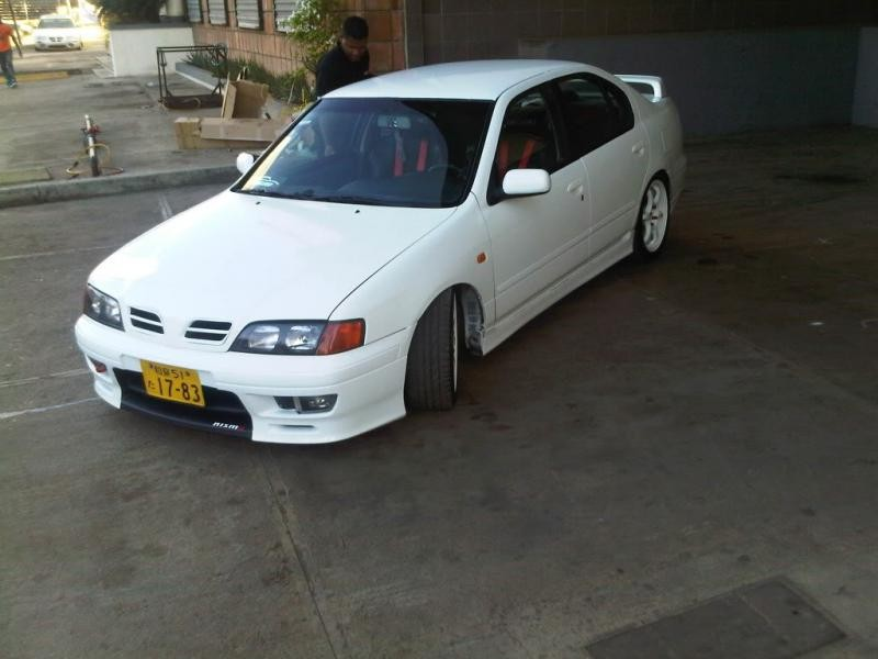 Белый седан Nissan Primera Camino вид спереди