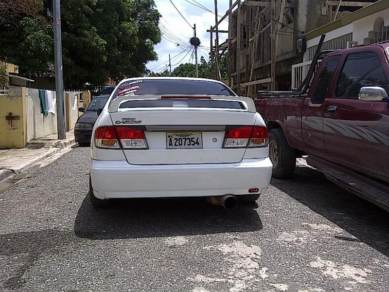 Белый седан Nissan Primera Camino вид сзади