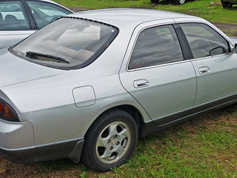 Серебристый Nissan Skyline вид сбоку