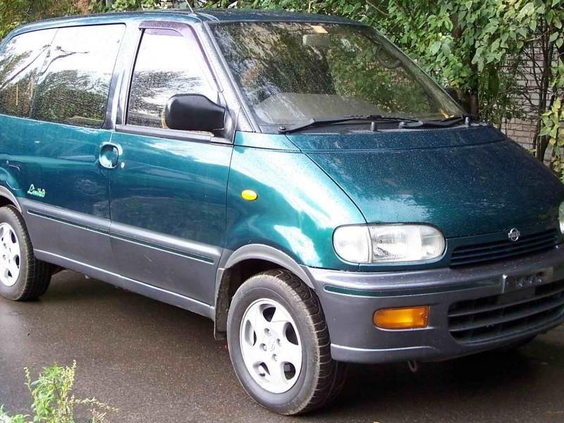 Зеленый Nissan Vanette Serena