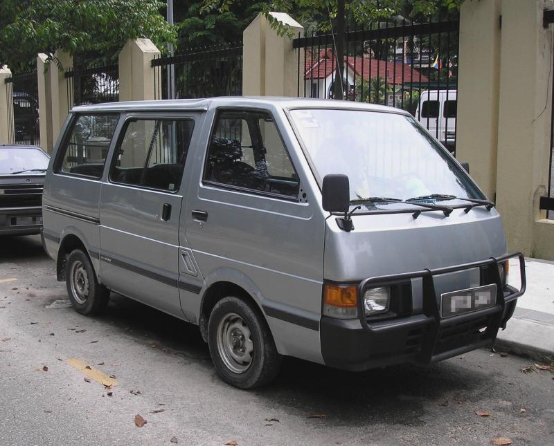 Серебристый микроавтобус Nissan Vanette