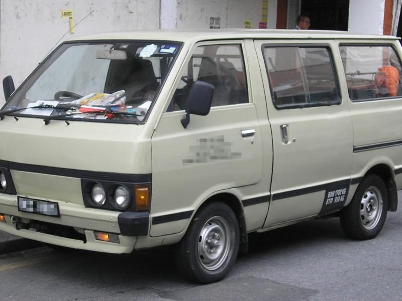 Серебристый Nissan Vanette