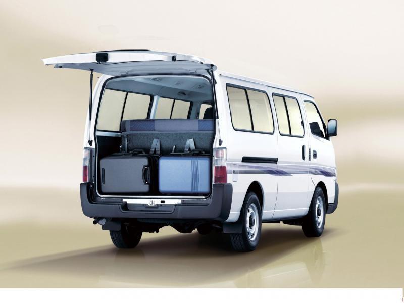 Nissan Urvan вид сзади