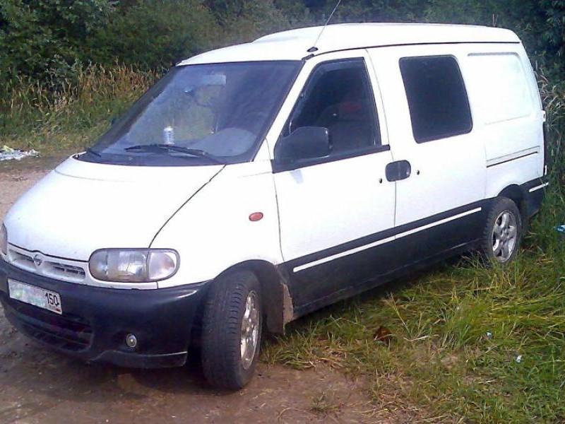 Белый Nissan Vanette Serena вид сбоку