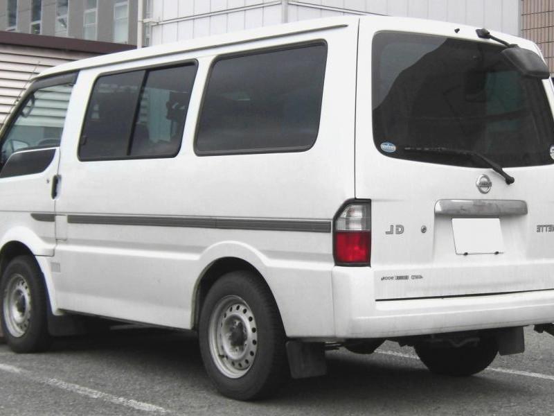 Белый Nissan Vanette вид сзади