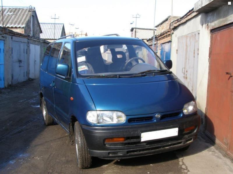 Синий Nissan Vanette Serena вид спереди