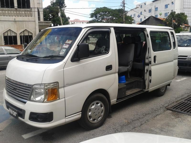 Белый Nissan Urvan вид сбоку