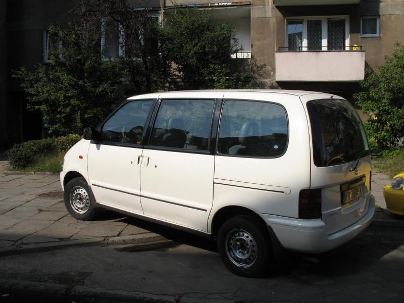 Белый Nissan Vanette Serena вид сзади