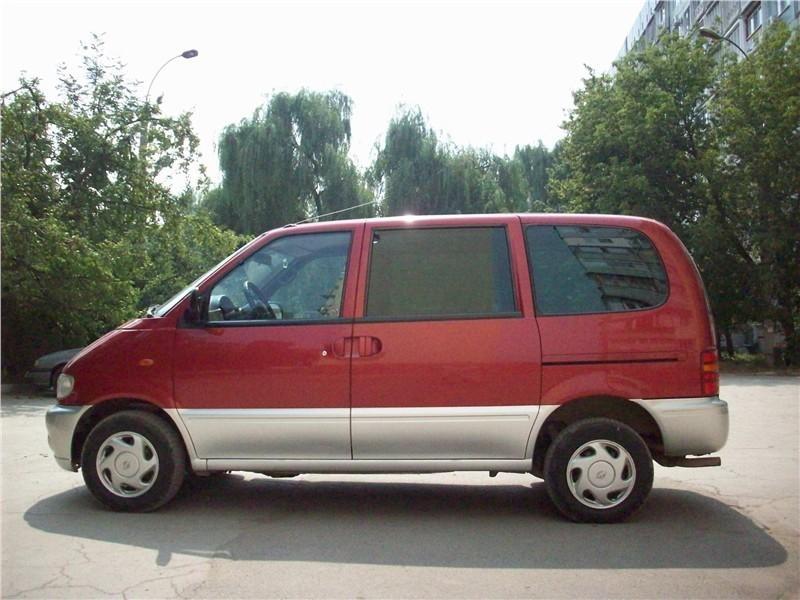 Красный Nissan Vanette вид сбоку
