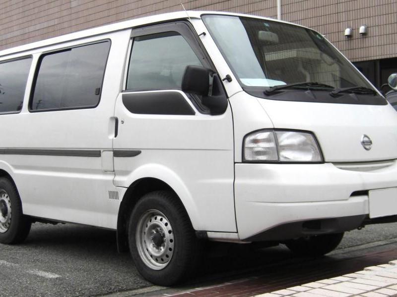 Белый Nissan Vanette вид сбоку