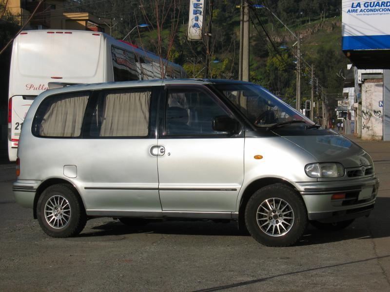Серебристый Nissan Vanette Serena вид сбоку