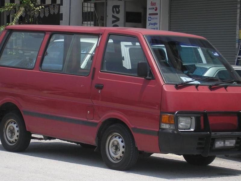 Красный Nissan Vanette, вид сбоку