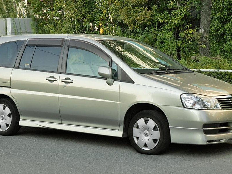 Серебристый Nissan Liberty, вид сбоку