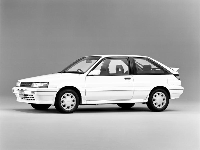 Белый хэтчбек Nissan Liberta Villa вид сбоку