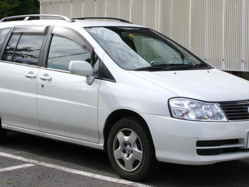 Белый Nissan Liberty, вид сбоку