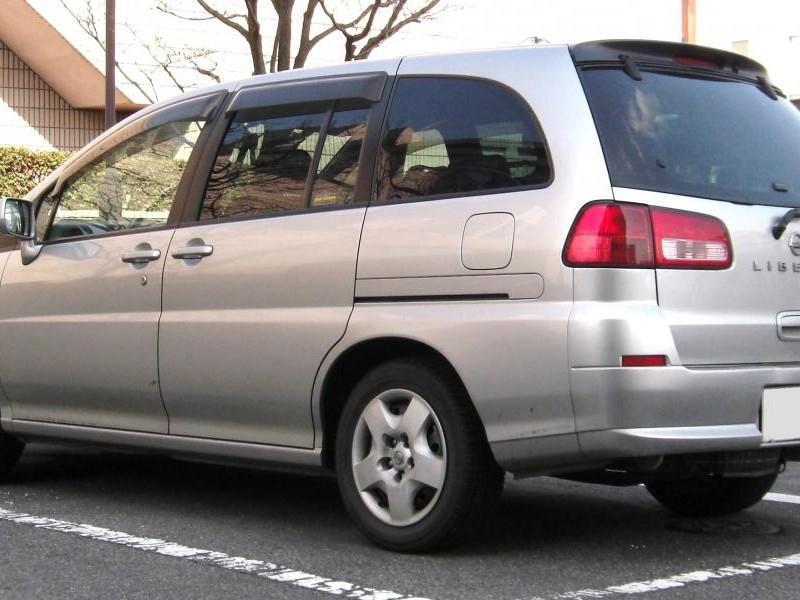 Серебристый Nissan Liberty вид сбоку