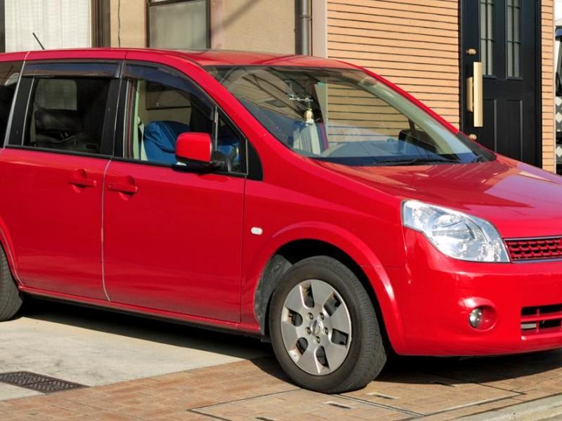 Красный Nissan Lafesta