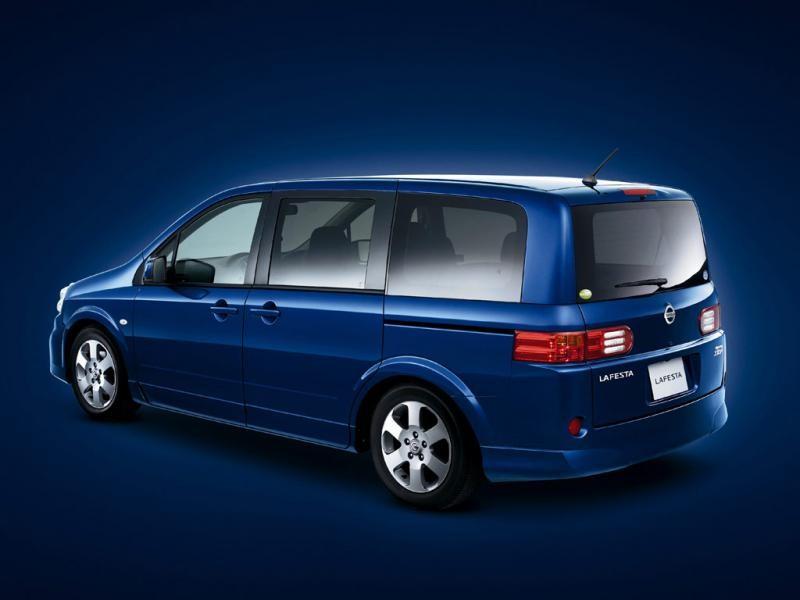 Синий Nissan Lafesta вид сбоку