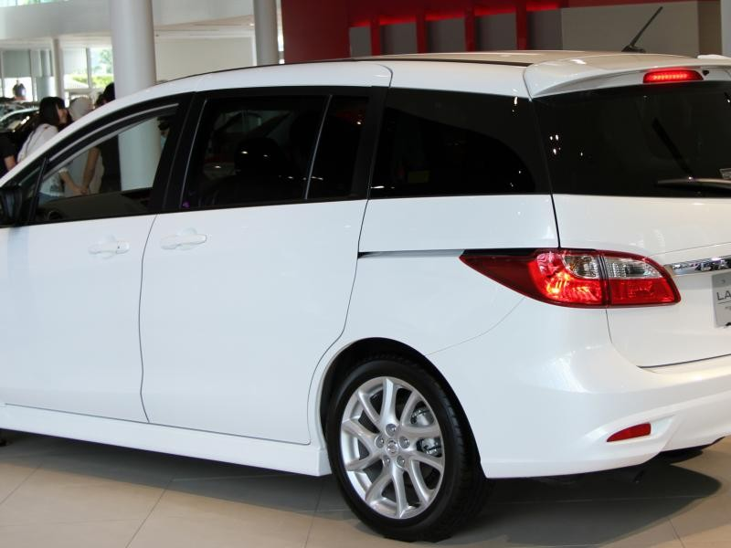 Белый Nissan Lafesta вид сбоку